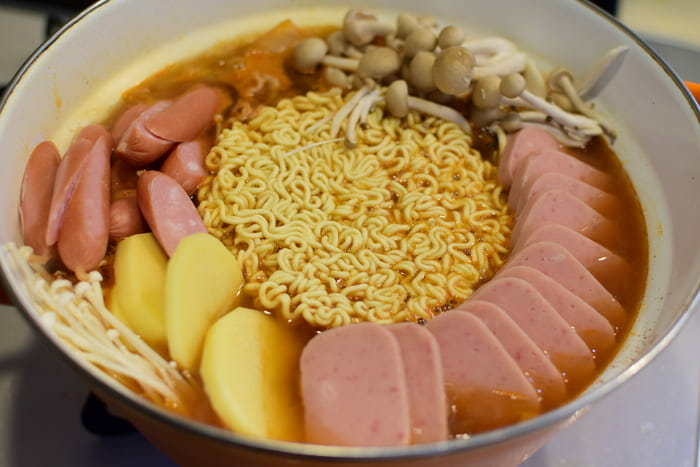プデチゲ麺準備