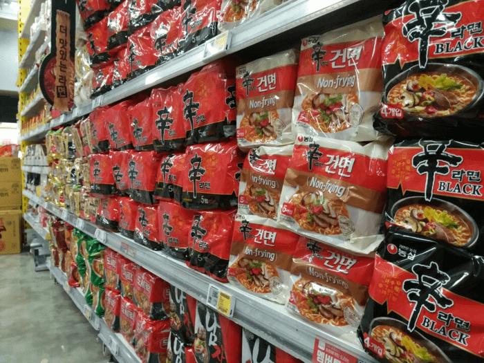 韓国マート辛ラーメンコーナー