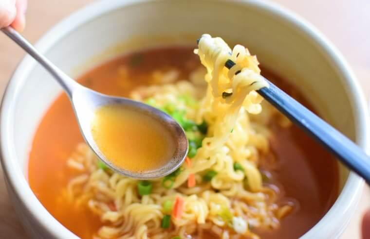 辛ラーメンキムチスープの色と味