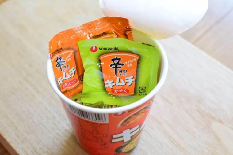 辛ラーメンキムチカップ麺かやくと粉末スープ