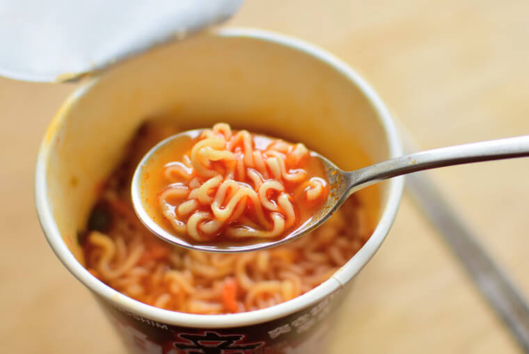 辛ラーメン激辛レッド麺とスープ